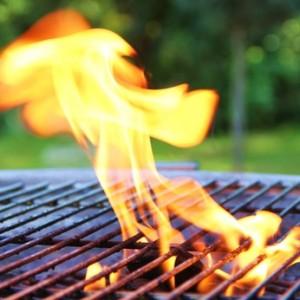 Flammen auf dem Grill